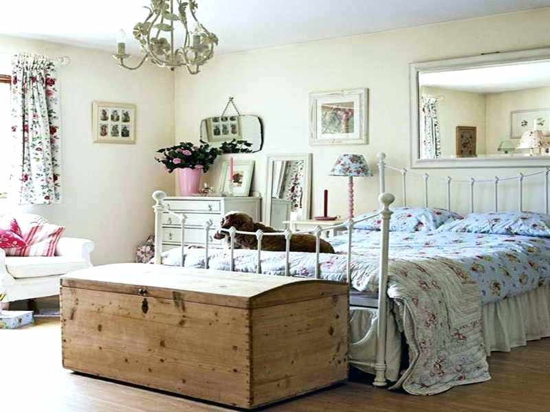 Use simple furniture in the bedroom.