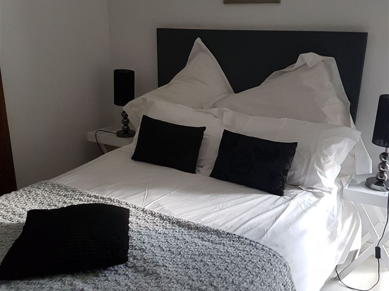 beautiful petite bedroom.